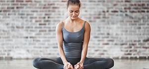 Senhora a meditar no Yoga | Holmes Place