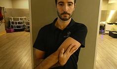 Homem a fazer alongamento de ombro - adução, protração e elevação | Holmes Place