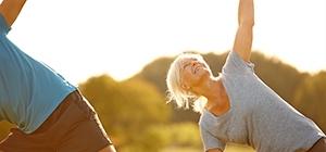 Pessoas a fazerem exercícios de flexibilidade para combater a doença de Parkinson | Holmes Place
