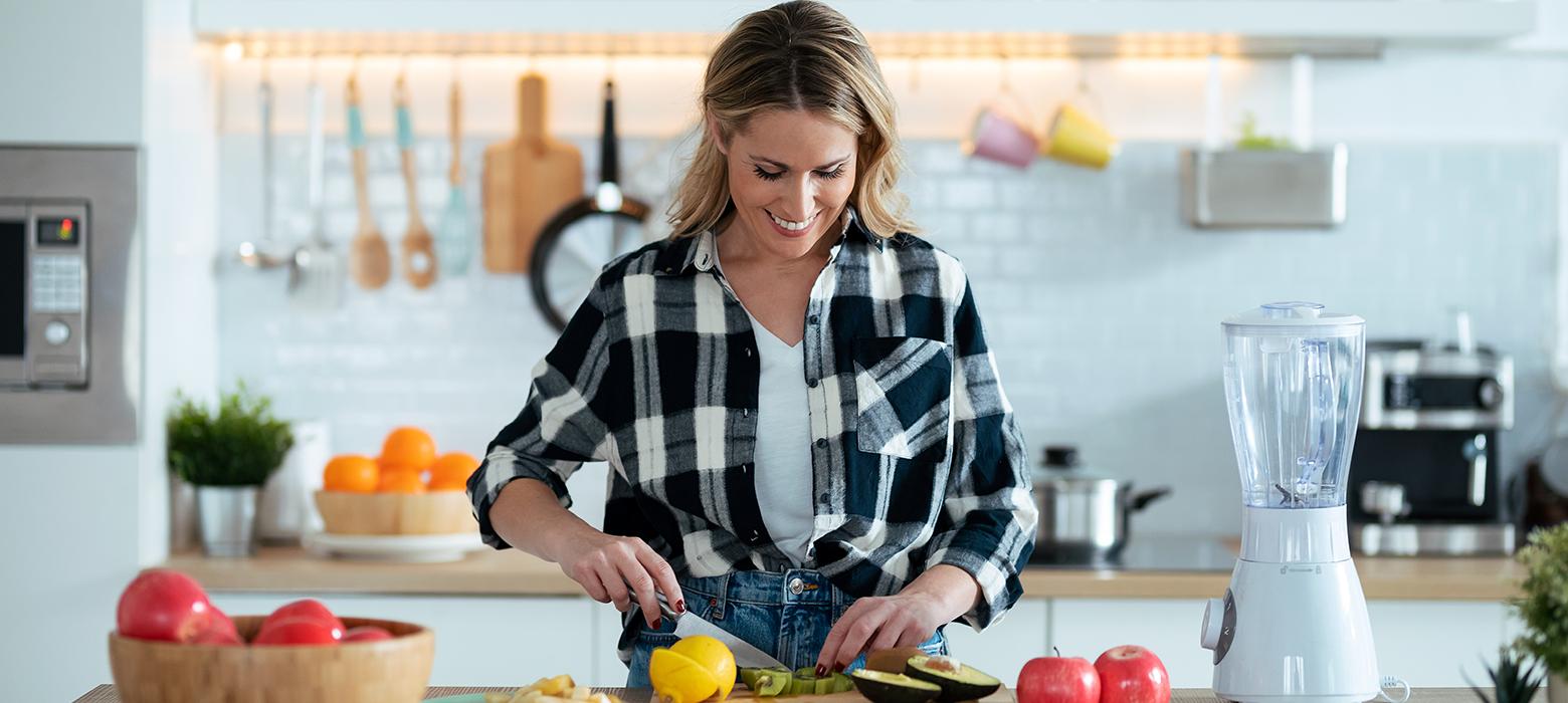 Holmes Place | γυναίκα κόβει λαχανικά στην κουζίνα