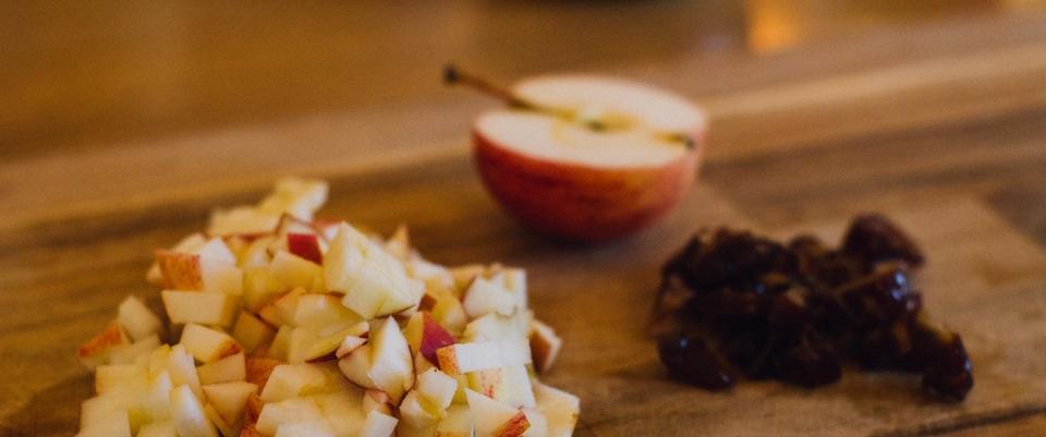 Mingau de aveia com datas, chia e maçã receita de desintoxicação do café da manhã semana de limpeza ayurvédica
