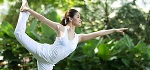 Mulher a praticar yoga | Equilíbrio | Aula | Holmes Place