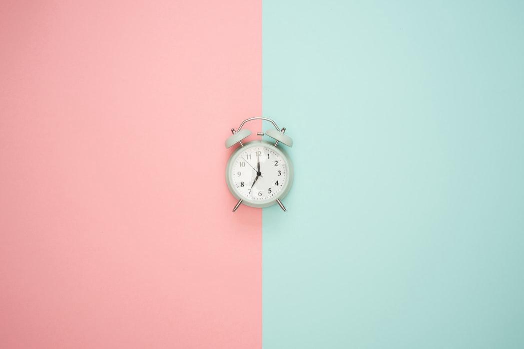 Uhr mit mint & rosa Hintergrund
