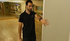 Homem a fazer alongamentos de ombro - extensão, adução e retração | Holmes Place