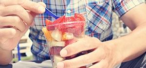 Homem a comer salada de fruta | Gordura abdominal | Nutrição | Holmes Place