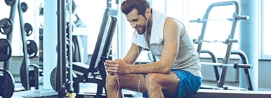 Rapaz a ouvir Playlist durante o treino no ginásio | Holmes Place