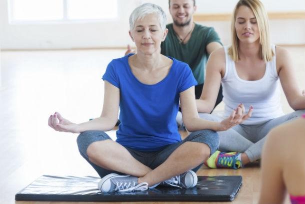 ινσιδε 4 6 φυσικοί τρόποι για να αντιμετωπίσετε τα συμπτώματα της εμμηνόπαυσης.