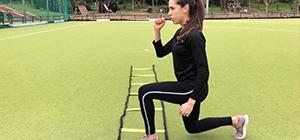 Rapariga a fazer lunge pliométrico, exercício de fitness para tonificar os membros inferiores | Holmes Place