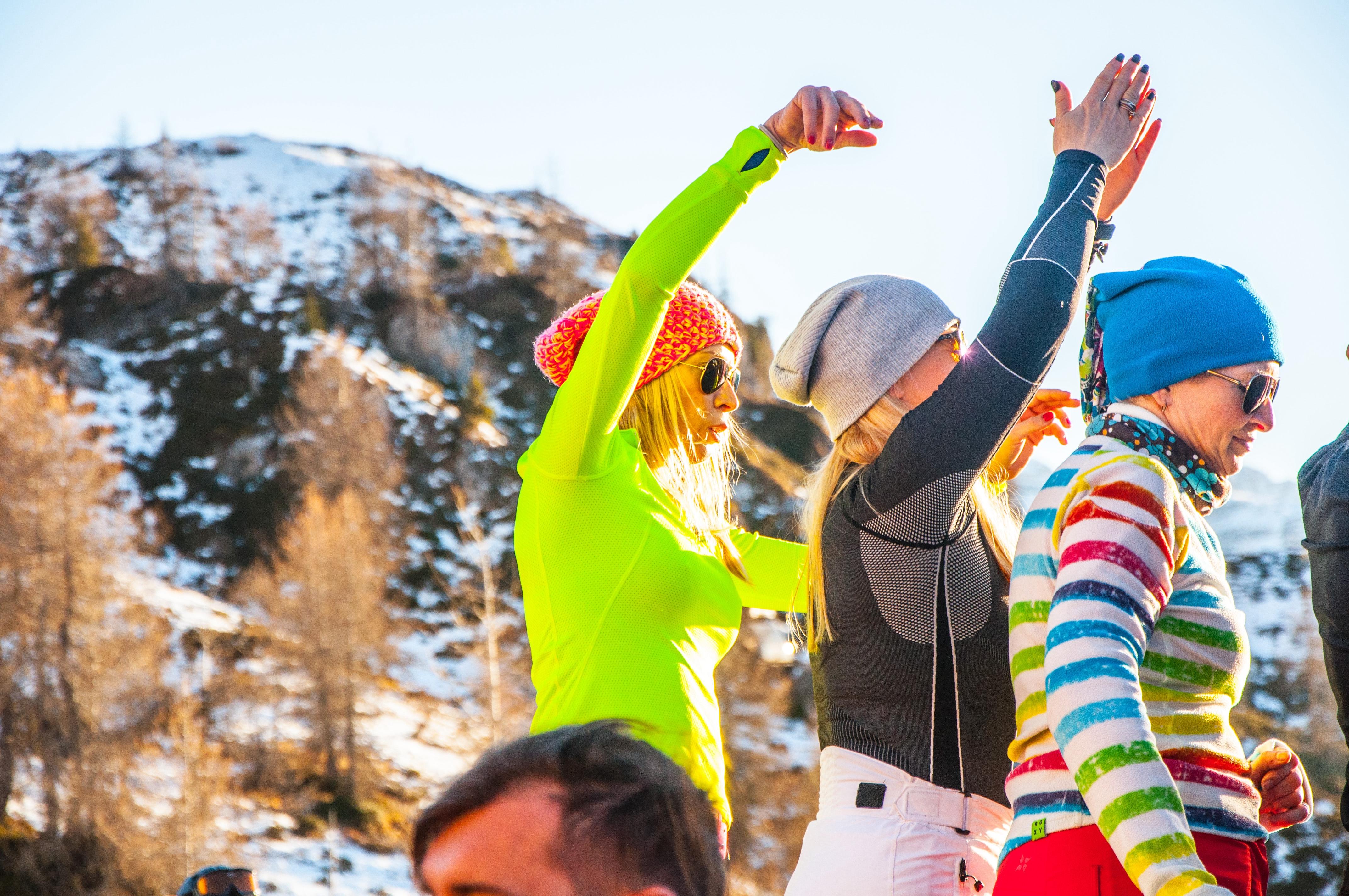 ludzie bawiący się na stoku narciarskim | Holmes Place
