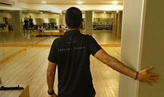 Homem a fazer alongamento de ombro flexão | Holmes Place