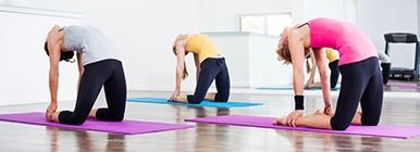 Grupo de raparigas a fazerem Pilates no ginásio | Holmes Place