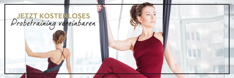 Frau testet glücklich Aerial Yoga