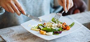Mulher a comer salada | Asma e Nutrição | Holmes Place