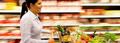 Senhora a fazer escolhas saudáveis no supermercado | Holmes Place