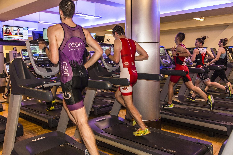 biegacze na bieżniach podczas indoor triathlon w Holmes Place