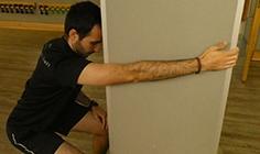 Homem a fazer alongamento de ombro - adução e extensão | Holmes Place