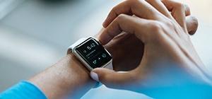 Homem a sincronizar relógio de treino | Ano Novo | Holmes Place