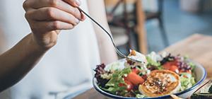 Mulher a comer uma salada | Sono e Controlo do peso | Holmes Place
