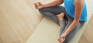 Senhora a fazer Yoga  | Holmes Place